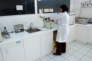 Evangelia im Labor der Firma Hermes
