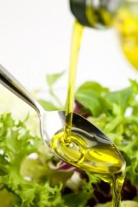 Olivenöl über Salat - Olive & Co - Olivenöl, Oliven, Dünger & Bodenberatung